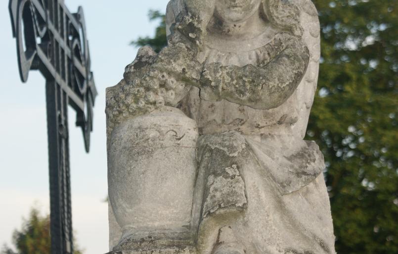 Figura nagrobkowaz z cmentarza w Starej Iwicznej.JPG